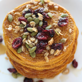 These vegan pumpkin oat pancakes are an easy and healthy way to fuel your day! Packed with fall flavours, this healthy breakfast contains no gluten and no oil!